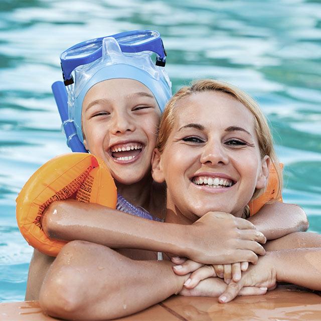 Kind mit Mutter im Wasser