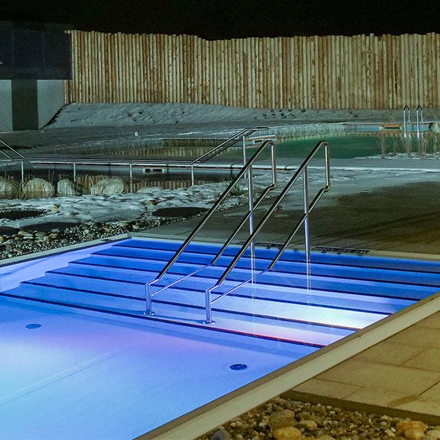 Pool und Saunateich im Aussenbereich der Saunawelt